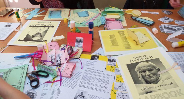 Lapbook wykonany przez uczestników warsztatów o Janie Pawle II