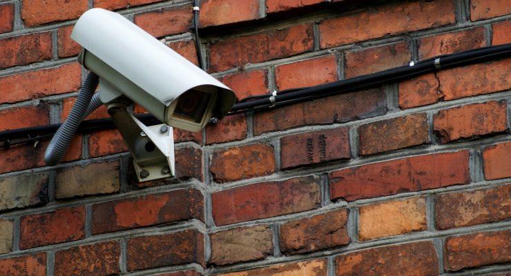 Kamera zamontowana na budynku.