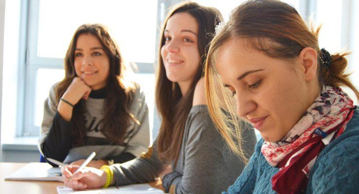 Trzy osoby uczące się