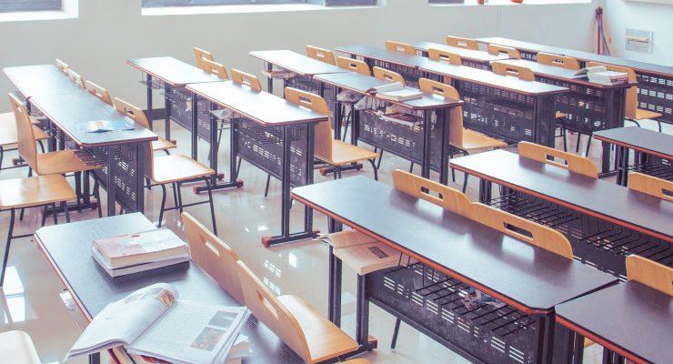 Klasa z ławkami, bez uczniów